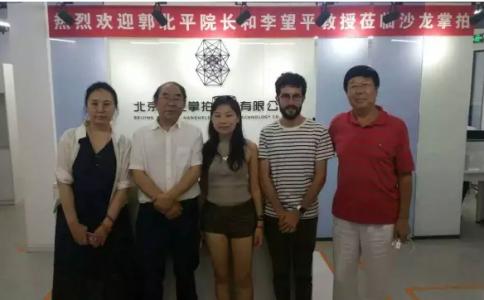 中国国家画院油画院长郭北平在沙龙掌拍进行学术交流!
