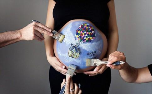 人体彩绘师打造孕腹画 准妈专享孕期美好回忆
