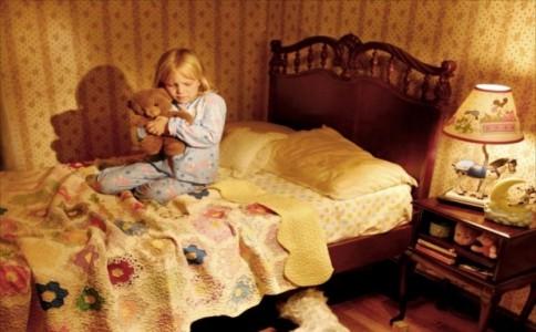 摄影师拍摄你床下的怪兽