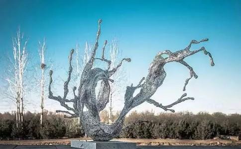 用汉字做成的镂空雕塑