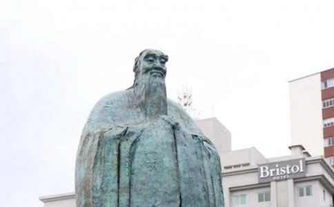 """厉害了!孔子雕像落户巴西""""中国广场"""" 系美洲大陆首尊"""