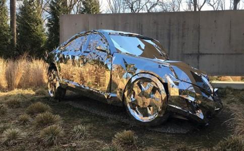 """设计师jordan griska用镜子制作梅赛德斯奔驰S550的""""残骸"""""""
